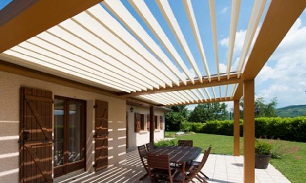 Une pergola bioclimatique pour une terrasse design